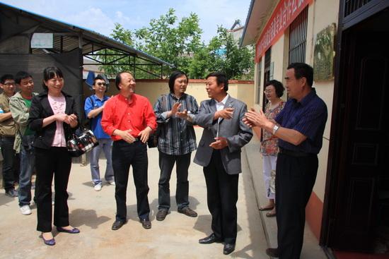 美术系组织教职工党员走进新农村
