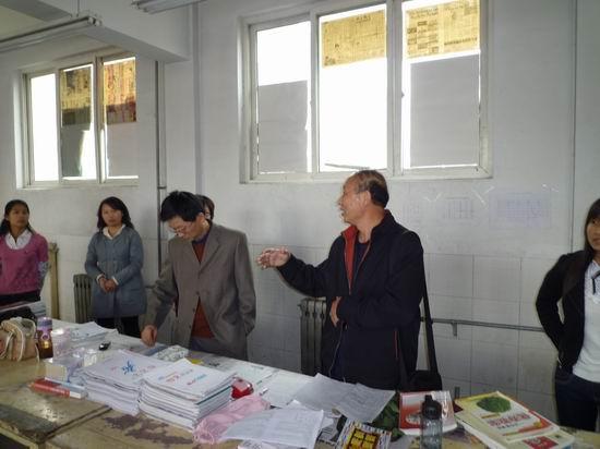 物理与信息技术系领导检查2006级教育实习工作